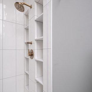 На фото: с высоким бюджетом большие главные ванные комнаты в стиле современная классика с черными фасадами, белой столешницей, фасадами в стиле шейкер, душем в нише, раздельным унитазом, белой плиткой, серыми стенами, врезной раковиной, столешницей из искусственного кварца, душем с распашными дверями, нишей, тумбой под одну раковину, встроенной тумбой и сводчатым потолком