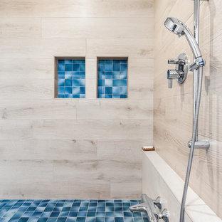 Großes Klassisches Badezimmer En Suite mit flächenbündigen Schrankfronten, japanischer Badewanne, Duschbadewanne, Wandtoilette mit Spülkasten, beigefarbenen Fliesen, Aufsatzwaschbecken, Falttür-Duschabtrennung und blauer Waschtischplatte in San Francisco