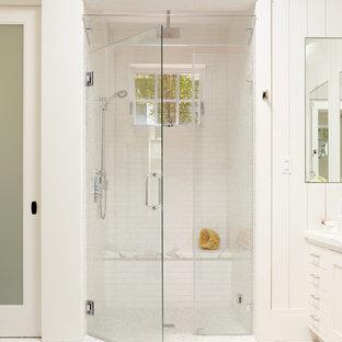 Idee per una stanza da bagno chic con doccia a filo pavimento, piastrelle bianche, piastrelle diamantate e pavimento con piastrelle a mosaico