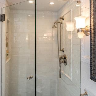 Пример оригинального дизайна: маленькая ванная комната в классическом стиле с угловым душем, раздельным унитазом, черной плиткой, плиткой кабанчик, белыми стенами, мраморным полом, душевой кабиной, раковиной с пьедесталом, фасадами с выступающей филенкой, белыми фасадами, накладной ванной и стеклянной столешницей