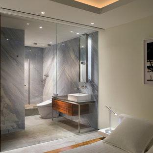 Foto di una stanza da bagno minimalista con lavabo a bacinella, piastrelle blu e lastra di pietra