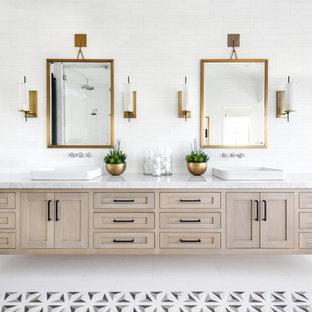 Idee per una stanza da bagno padronale stile marino con ante in stile shaker, ante in legno chiaro, piastrelle bianche, lavabo a bacinella e pavimento multicolore