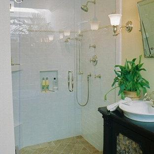 Salles de bains et WC avec un carrelage jaune et un plafond voûté : Photos et idées déco de ...