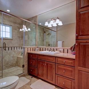 Ejemplo de cuarto de baño infantil, tradicional, de tamaño medio, con armarios con paneles con relieve, encimera de piedra caliza, baldosas y/o azulejos beige, baldosas y/o azulejos de piedra y suelo de piedra caliza