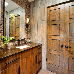 Diseño de cuarto de baño de estilo americano con ducha empotrada, baldosas y/o azulejos marrones, suelo de baldosas tipo guijarro, lavabo bajoencimera, encimera de cuarzo compacto, ducha con puerta con bisagras y encimeras marrones