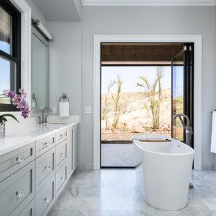 Foto di una grande stanza da bagno padronale tradizionale con ante in stile shaker, ante grigie, vasca freestanding, WC monopezzo, pareti grigie, pavimento in marmo, lavabo sottopiano e top in quarzo composito
