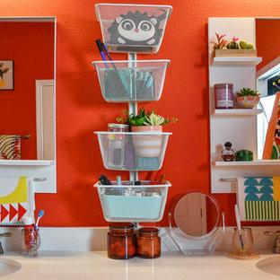 Immagine di una grande stanza da bagno padronale boho chic con ante bianche, vasca da incasso, WC monopezzo, piastrelle arancioni, pareti arancioni, pavimento con piastrelle in ceramica, lavabo integrato, top in marmo, pavimento bianco, porta doccia a battente e top beige