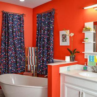 Idee per una grande stanza da bagno padronale bohémian con ante bianche, vasca da incasso, WC monopezzo, piastrelle arancioni, pareti arancioni, lavabo integrato, top in marmo, porta doccia a battente e top beige