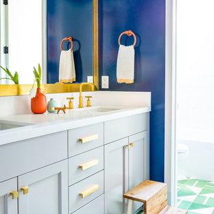 Foto di una stanza da bagno con doccia minimalista con ante in stile shaker, ante blu, pareti blu, lavabo sottopiano e pavimento verde