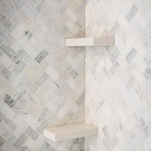 Immagine di una stanza da bagno padronale tradizionale con ante in stile shaker, ante grigie, vasca freestanding, pareti grigie e lavabo sottopiano