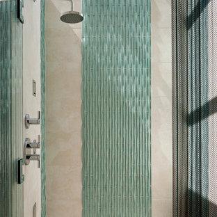 Esempio di una stanza da bagno moderna con piastrelle blu, piastrelle di vetro e pavimento con piastrelle di ciottoli