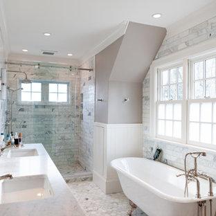 Idéer för stora vintage turkost en-suite badrum, med ett fristående badkar, en dusch i en alkov, grå kakel, grå väggar, ett undermonterad handfat, grått golv och dusch med skjutdörr