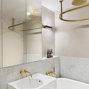 Неиссякаемый источник вдохновения для домашнего уюта: маленькая детская ванная комната в стиле лофт с плоскими фасадами, белыми фасадами, инсталляцией, серыми стенами, полом из известняка, подвесной раковиной и синим полом