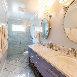 Maritimes Badezimmer En Suite mit flächenbündigen Schrankfronten, lila Schränken, bodengleicher Dusche, Toilette mit Aufsatzspülkasten, Marmorfliesen, lila Wandfarbe, Marmorboden, Einbauwaschbecken, Marmor-Waschbecken/Waschtisch, grauem Boden und Falttür-Duschabtrennung in San Luis Obispo