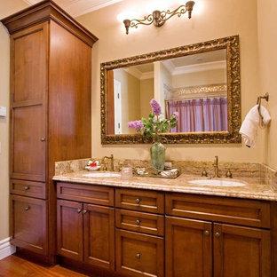 Esempio di una stanza da bagno chic di medie dimensioni con top in granito, lavabo sottopiano, ante in stile shaker, ante in legno scuro, vasca/doccia, piastrelle beige, piastrelle in gres porcellanato, pareti beige, pavimento in legno massello medio, vasca ad alcova, WC monopezzo, pavimento marrone, doccia con tenda e top beige