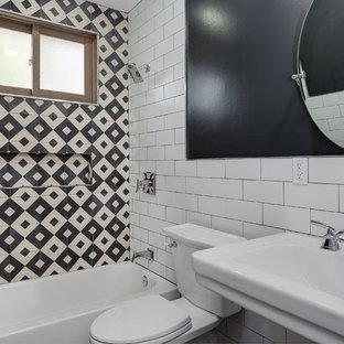 Imagen de cuarto de baño contemporáneo, pequeño, con puertas de armario beige, bañera empotrada, ducha empotrada, baldosas y/o azulejos blancas y negros, baldosas y/o azulejos de cemento, lavabo con pedestal, ducha con cortina y encimeras amarillas