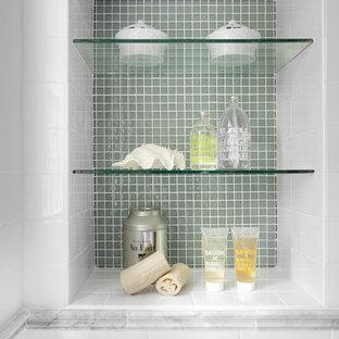 На фото: ванная комната в классическом стиле с плиткой мозаикой с