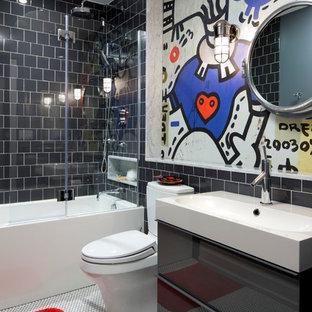Foto di una stanza da bagno per bambini contemporanea di medie dimensioni con lavabo integrato, vasca/doccia, piastrelle nere, pareti multicolore, ante lisce, ante grigie, vasca ad alcova, WC a due pezzi, piastrelle in gres porcellanato e pavimento in gres porcellanato