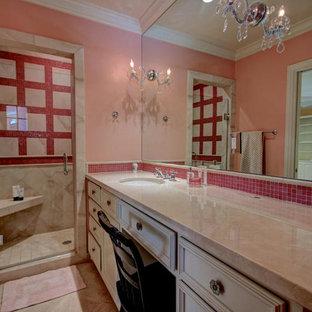 Imagen de cuarto de baño infantil, clásico renovado, de tamaño medio, con armarios con paneles lisos, puertas de armario blancas, encimera de piedra caliza, baldosas y/o azulejos rosa, ducha empotrada, lavabo bajoencimera, paredes rosas y suelo de piedra caliza