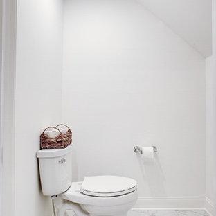 Immagine di una stanza da bagno padronale design di medie dimensioni con ante in stile shaker, doccia alcova, WC a due pezzi, piastrelle bianche, piastrelle in gres porcellanato, pareti bianche, lavabo sottopiano, porta doccia a battente, top bianco, ante viola, pavimento in marmo, top in marmo e pavimento bianco