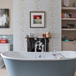 Mittelgroßes Shabby-Style Badezimmer En Suite mit freistehender Badewanne, Toilette mit Aufsatzspülkasten, blauen Fliesen, Keramikfliesen, brauner Wandfarbe, Keramikboden und braunem Boden in London