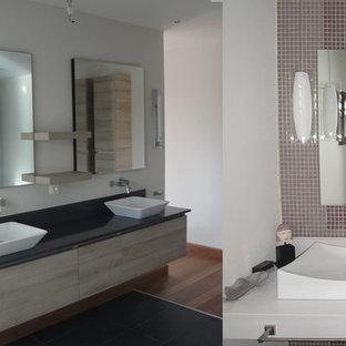 Esempio di una stanza da bagno tropicale di medie dimensioni con lavabo a consolle, piastrelle di vetro, pareti bianche e pavimento con piastrelle in ceramica