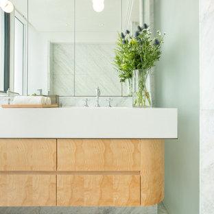 Ispirazione per un'ampia stanza da bagno american style con ante in legno chiaro, vasca freestanding, doccia alcova, piastrelle blu, lastra di pietra, pareti blu, pavimento in marmo, lavabo da incasso e top in marmo