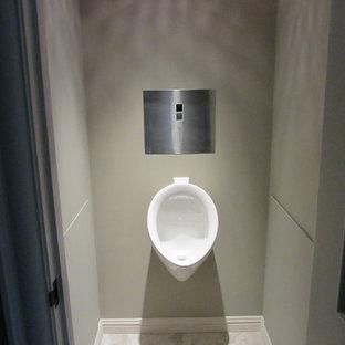 Esempio di una stanza da bagno con doccia classica di medie dimensioni con orinatoio, pareti beige e pavimento in marmo
