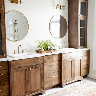 Пример оригинального дизайна: ванная комната среднего размера в стиле кантри с фасадами в стиле шейкер, фасадами цвета дерева среднего тона, отдельно стоящей ванной, угловым душем, цементной плиткой, серыми стенами, полом из керамической плитки, накладной раковиной, столешницей из искусственного кварца и серым полом