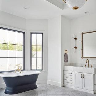 Idéer för ett stort lantligt grå en-suite badrum, med skåp i shakerstil, vita skåp, ett fristående badkar, en öppen dusch, en toalettstol med hel cisternkåpa, vit kakel, marmorkakel, vita väggar, marmorgolv, ett undermonterad handfat, bänkskiva i kvarts, grått golv och dusch med gångjärnsdörr