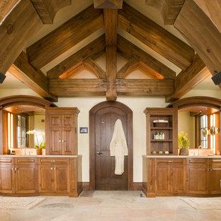 Diseño de cuarto de baño principal, rural, con armarios con paneles con relieve, puertas de armario de madera oscura y paredes beige