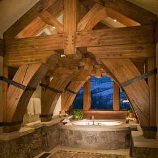 Modelo de cuarto de baño principal, rústico, con bañera encastrada sin remate