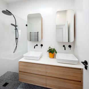 Idee per una piccola stanza da bagno con doccia moderna con ante lisce, ante in legno chiaro, doccia doppia, piastrelle bianche, piastrelle in gres porcellanato, pavimento in cemento, lavabo a bacinella, top in superficie solida, pavimento viola, doccia aperta e top bianco