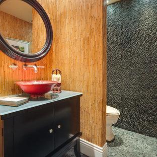 Modelo de cuarto de baño de estilo zen con lavabo sobreencimera, suelo de baldosas tipo guijarro y suelo de baldosas tipo guijarro