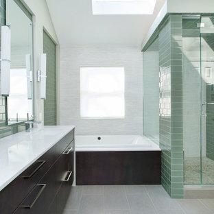 Foto di una stanza da bagno padronale minimal di medie dimensioni con lavabo sottopiano, ante lisce, ante in legno bruno, top in quarzo composito, vasca da incasso, doccia ad angolo, piastrelle verdi, piastrelle di vetro, pavimento in gres porcellanato e pareti verdi