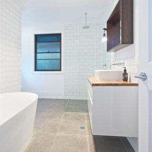 Foto di una piccola stanza da bagno classica con vasca freestanding, doccia aperta, piastrelle bianche, piastrelle diamantate, pareti rosse, pavimento con piastrelle in ceramica, lavabo a bacinella, top in legno, pavimento grigio e doccia aperta