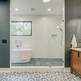 Пример оригинального дизайна: главная ванная комната среднего размера в стиле модернизм с плоскими фасадами, коричневыми фасадами, отдельно стоящей ванной, открытым душем, белой плиткой, керамической плиткой, серыми стенами, полом из керамической плитки, накладной раковиной, столешницей из искусственного кварца, серым полом, душем с распашными дверями, бежевой столешницей, тумбой под две раковины, напольной тумбой и кессонным потолком