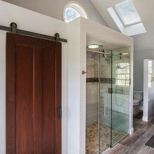 Стильный дизайн: большая главная ванная комната в стиле современная классика с фасадами с утопленной филенкой, желтыми фасадами, отдельно стоящей ванной, двойным душем, раздельным унитазом, металлической плиткой, серыми стенами, полом из керамогранита, врезной раковиной, столешницей из кварцита, разноцветным полом, душем с раздвижными дверями и серой плиткой - последний тренд