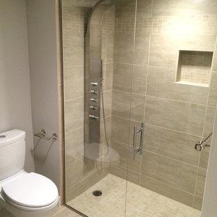 Modern inredning av ett litet vit vitt badrum med dusch, med en dusch i en alkov, en toalettstol med hel cisternkåpa, grå väggar, klinkergolv i keramik, grått golv, dusch med gångjärnsdörr, släta luckor, skåp i mörkt trä, ett integrerad handfat och bänkskiva i akrylsten