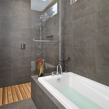 LG House - Ensuite Shower and Bath