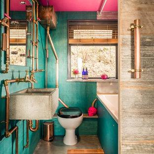 Idee per una piccola stanza da bagno per bambini eclettica con vasca da incasso, vasca/doccia, WC monopezzo, pareti verdi, pavimento in cemento, lavabo rettangolare e pavimento grigio