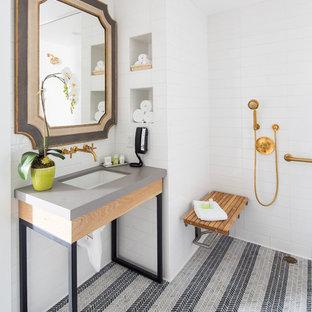 Imagen de cuarto de baño clásico renovado con ducha a ras de suelo, baldosas y/o azulejos blancos, suelo con mosaicos de baldosas, lavabo bajoencimera, suelo multicolor, ducha con cortina y encimeras grises