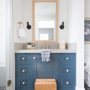 Idee per una stanza da bagno stile marino con ante in stile shaker, ante blu, doccia alcova, pareti bianche, lavabo sottopiano, pavimento nero e top grigio