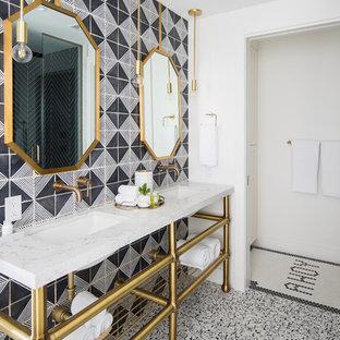 Foto de cuarto de baño principal, marinero, de tamaño medio, con baldosas y/o azulejos blancas y negros, paredes blancas, lavabo bajoencimera, suelo blanco, encimeras blancas, armarios abiertos, bañera con patas, ducha esquinera, sanitario de una pieza, baldosas y/o azulejos de terracota, suelo con mosaicos de baldosas, encimera de cuarzo compacto y ducha con puerta con bisagras