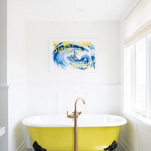 Modelo de cuarto de baño principal, marinero, de tamaño medio, con bañera con patas, paredes blancas, suelo blanco, armarios abiertos, sanitario de una pieza, baldosas y/o azulejos blancas y negros, baldosas y/o azulejos de terracota, suelo con mosaicos de baldosas, lavabo bajoencimera, encimera de cuarzo compacto y encimeras blancas