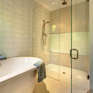 Ispirazione per una stanza da bagno tropicale con doccia a filo pavimento, vasca freestanding, piastrelle bianche e piastrelle di vetro