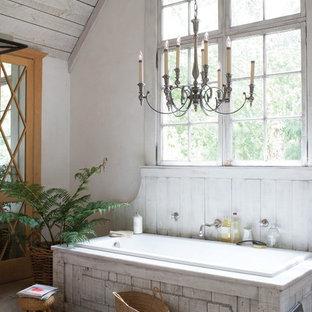 На фото: большая главная ванная комната в стиле шебби-шик с накладной ванной и белыми стенами с