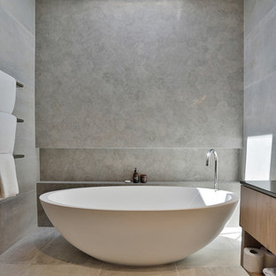 Light and realxing grey bathroom