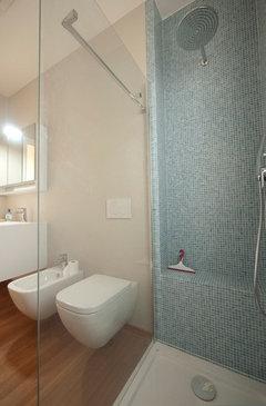 Light blue bathroom with bamboo flooring · Maggiori informazioni