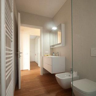 На фото: со средним бюджетом главные ванные комнаты среднего размера в стиле модернизм с монолитной раковиной, плоскими фасадами, белыми фасадами, столешницей из искусственного кварца, открытым душем, инсталляцией, синей плиткой, стеклянной плиткой, бежевыми стенами и полом из бамбука
